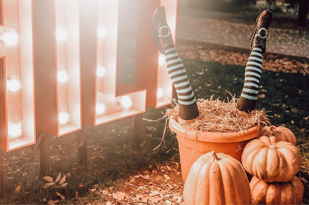 huis versieren halloween afbeelding met heksenbenen